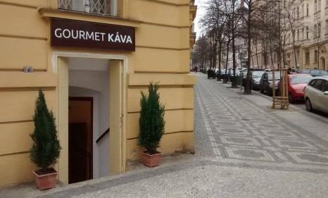 Výdejní místo pražené kávy, mlýnků a dalšího příslušenství. Praha - Vinohrady